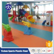 As crianças usaram o revestimento do campo de jogos do jardim de infância da escola para a venda