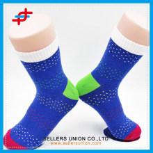 Les hommes les plus modernes de 2015 mettent en valeur des chaussettes colorées pour les gros peu coûteux et confortables