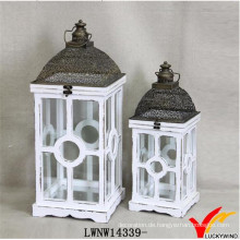 Vintage weiße quadratische hölzerne und Metalllaternen