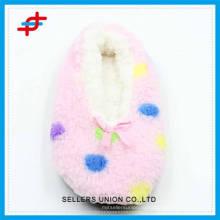 Зимние домашние шлепанцы для женщин из цветных точек, качество и мягкость для зимней одежды