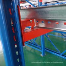 Hochleistungsantrieb aus Metallstahl im Palettenregallager im Palettenregal