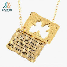 L'alliage de zinc de fournisseur d'or gravent les doubles étiquettes de lettre pour la promotion