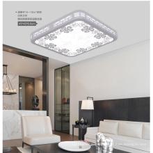 Quadratische LED-Deckenleuchte aus Holz