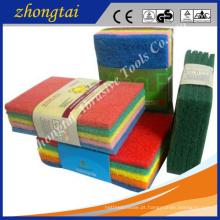 limpeza de cozinha usando esponja esfregão