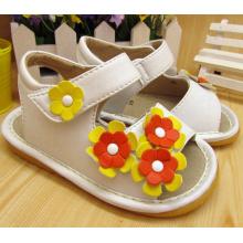 Três flores pequenas Squeaky Sandálias