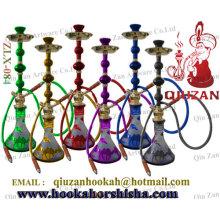 Belle fumer grand narguilé au chameau sur le Vase
