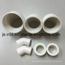 Um conjunto de tubos de PVC e redutores