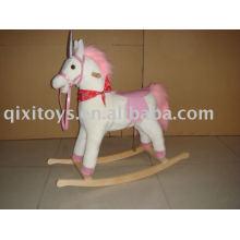 cheval à bascule en peluche rose, les enfants montent sur le jouet