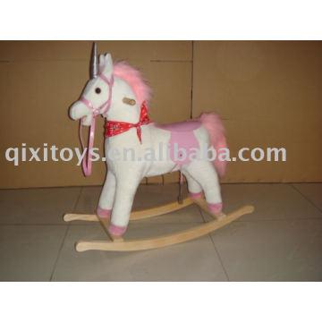 El caballo mecedor relleno rosa, los niños montan en el juguete