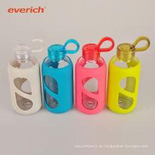 Populärer Wärmeübertragungsdruck kundenspezifische Glaswasserflasche mit Silikonhülse