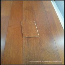 Um piso de madeira Merbau engenharia grau