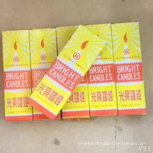 Velas brancas brilhantes do agregado familiar da caixa amarela boa