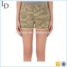Pantalones cortos de mezclilla de corte de camuflaje pantalones cortos de mezclilla corto para dama