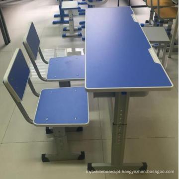 Mesas e cadeiras ajustáveis à altura da escola