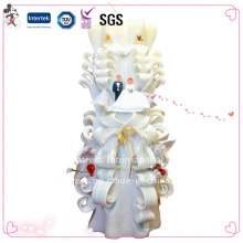 La torta de boda tallada a mano favorece la vela decorativa