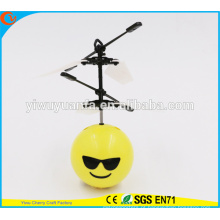 Moda encantadora Interessante Mini Flying Ball Toy Cool Emoji Face Heli Ball para crianças