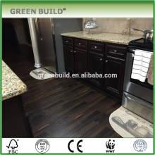 Suelo de madera laminado con superficie negra handscraped