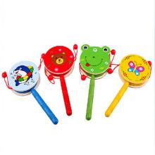 bunte Rasseltrommel, hölzernes Spielzeug für Kinder