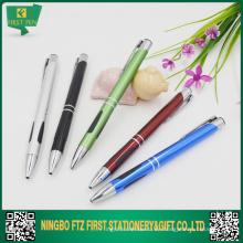 Variedad de productos de papelería de las plumas