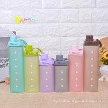 La botella de agua plástica del color del caramelo de la forma libre BPA con la manija se divierte la botella de agua
