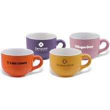 Этикетки Фарфоровая чашка кофе с молоком