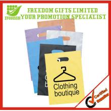 Dê afastado o saco de plástico da embalagem do tipo para a roupa