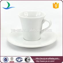 Taza y platillo de cerámica directa de la fábrica con la venta al por mayor modificada para requisitos particulares de la insignia