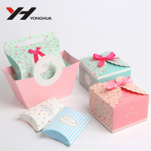 travesseiro bonito e laciness corte com caixa de papel de embalagem de presente de laço de fita