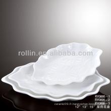 Bonne cuisinière à porcelaine blanche et confortable