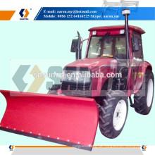 Traktor brachte Schnee-Blatt, Schnee-Pflug an