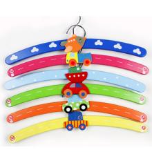 Suspensión de madera colorida de los niños de la forma encantadora del coche