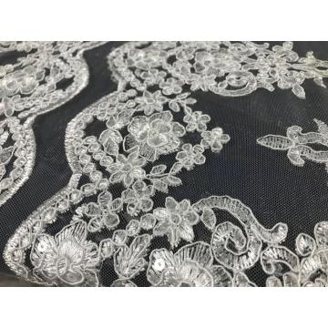 tecido bordado com lantejoulas brancas para casamento