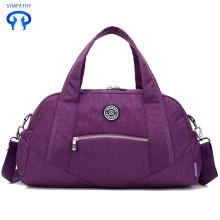 Le nouveau bagage à main violet était en affaires