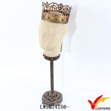Maniquí de cabeza blanca crema estilo vintage con la corona