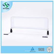 Clôture blanche de lit de bébé de sécurité