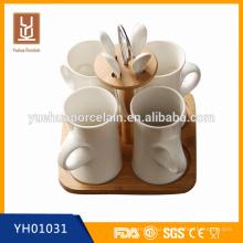 Белая керамическая кружка для кофе с ложкой и деревянной подставкой для подарка