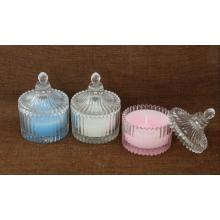 Bougie parfumée de couleur dans le pot de verre de forme de yourtes
