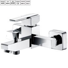 Ванная комната поверхности ванны установлен смеситель для душа