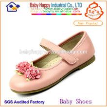 Kinder scherzen billige Schuhe zum Verkauf