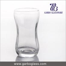 Soufflant la coupe de verre de lait clair (GB062713)