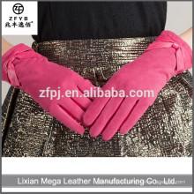 Las señoras de la manera visten los guantes de cuero rosados con el ante en la palma