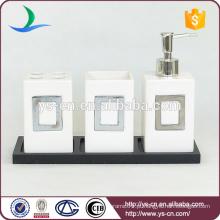 YSb40093 3pcs conjunto de casa de banho cerâmica moderna com bandeja de madeira e decoração de metal