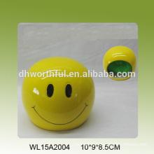Gelbes lächelndes Gesicht geformter keramischer Schwammhalter