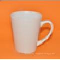 Pequeña taza encantadora de cerámica inferior