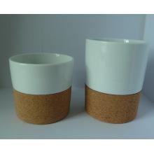 Copa de porcelana con fondo de corcho