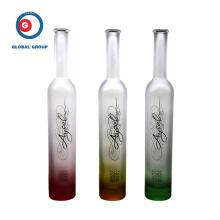 Impression graduelle de couleur de bouteille de verre de vodka de fruit