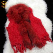 El nuevo color rojo de moda hizo punto el chaleco de la piel del conejo de las mujeres con el alto collar de la piel del mapache
