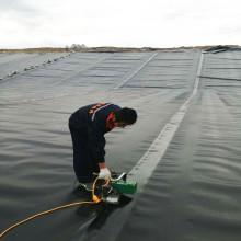 Черные геомембранные вкладыши или покрытие линии плотины