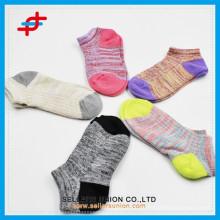 Soem-Förderung-Süßigkeit färbte Mädchen-Baumwollwelt-Knöchelsocke