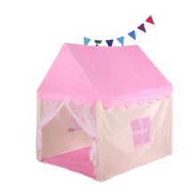 Quarto de criança infantil com casinha de jogos coberta de princesa